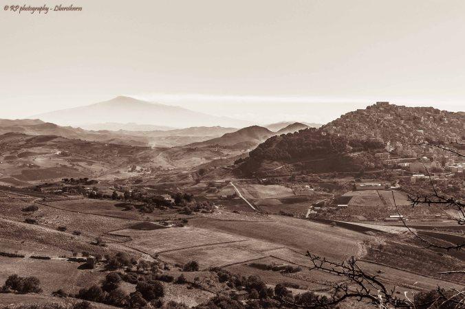 Veduta di Gangi e dell'Etna. per info sullo scatto cliccare sull'immagine. Copyright Rosario Pinto